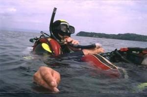 Nudenje umetnega dihanja potapljaču sredi morja